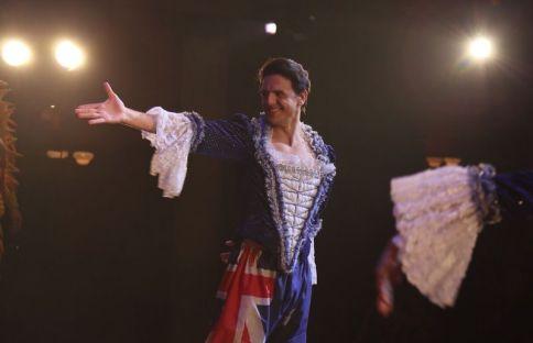 Jaime durante el saludo final en Priscilla, Reina del Desierto.