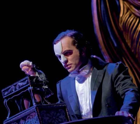 Ramin Karimloo fue El Fantasma en la producción original de Love Never Dies