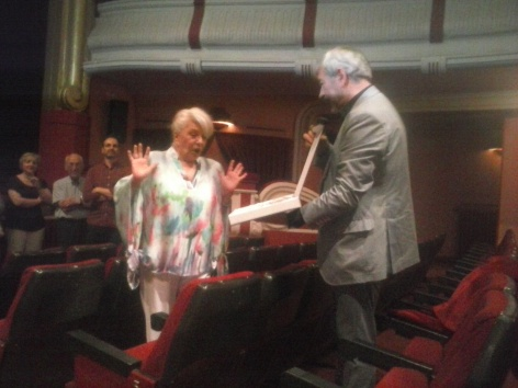Carlos Sobera le entrega una placa conmemorativa a Lola Herrera
