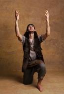 Silas Wyatt-Barke como Aaron. Foto: Darren Bell